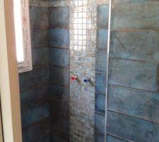 Notre salle d'eau et sa colonne de mosaïque dans la douche.
