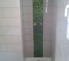 Notre salle de bain et la douche avec la colonne en mosaïque.