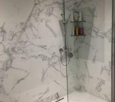 Douche avec tablettes intégrées