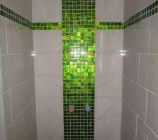 Douche salle de bain avec mosaïque en verre