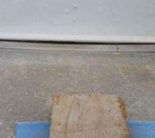 Voici la porte d'entrée avec le seuil de porte tordu , qui j'espère sera redressé avant que la chape flottante soit faite
