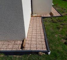 Le grillage pour le tour de maison béton avec remplissage gravier et bordures scellées.