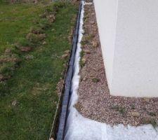 Mise en place des bordures et du géotextile pour le tour de la maison en béton.