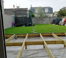 Structure de la terrasse en cours. Pilotis-plots bétons, Solivage cl4, Lambourde exotique et lame en Akola