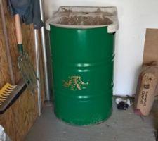 Intégration de l'évier du garage dans un fut de 200l en cours