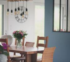 Vue sur salle à manger et cuisine