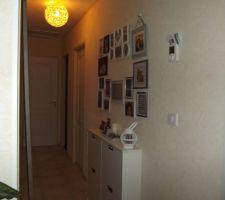 Papier peint fini dans le couloir et nouvelle déco avec meuble à chaussures Ikéa