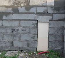 Mur à sa hauteur maximum, sans le chapeau. Détail du tétris au niveau des coffrets.