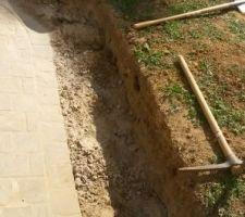 Début de l'évacuation des terres pour la préparation des fondations du muret.