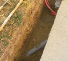 La terre est enlevée,j'ai retrouvé en travers le tuyau PVC du tout à l?égout.