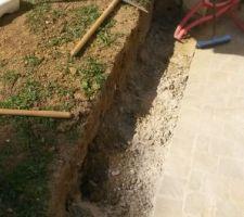 On creuse sous le cagnard pour la préparation des fondations du muret.