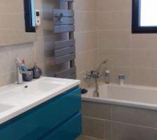 Miroir et sèche serviettes posés