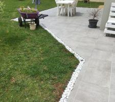 Cailloux sur drain autour terrasse