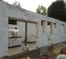 Achèvement de l'élévation des murs du rez-de-chaussée. Les planches sont clouées dans le béton cellulaire...