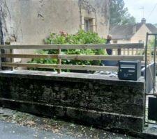Voici une partie de la barrière en cours de rénovation. On a enlevé le grillage pour mettre du bois.