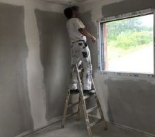 Le peintre en action dans la chambre