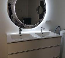 Mise en place du miroir led au dessus du meuble vasque
