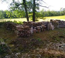 Grange   de petits tas de pierre