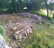 Grange vu d'en haut depuis la cours interieur  de petits tas de pierre et nettoyage du terrain