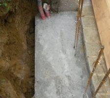 """""""Démoulage"""" des fondations,j'avais installé une planche afin de protéger un tuyau d?évacuation qui passait très proche.J'ai eu toutes les difficultés pour le retirer..."""