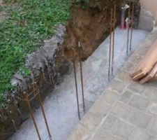 """""""Démoulage"""" des fondations,j'avais installé une planche afin de protéger un tuyau d'évacuation qui passait très proche.J'ai eu toutes les difficultés pour le retirer..."""