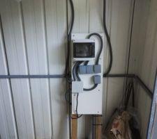 Voilà, la cabane est alimentée en électricité ! Et tout fonctionne en plus, si c'est pas formidable.