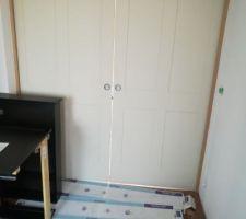 La porte scrinéo entre le hall et la salle est posée.