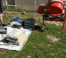 Préparation des matériaux et du matériel pour couler le béton dans les blocs à bancher.