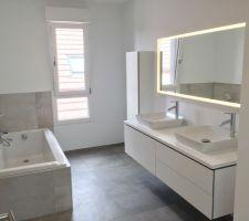 La salle de bain. Mobilier et céramique Duravit. Robinetterie Hansgrohe et Grohe.