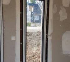 Une fenêtre fixe était cassée, elle a été remplacée. (photo post remplacement)