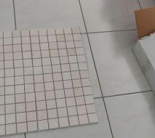 Carrelage en pierre naturelle 5x5 pour la douche à l'italienne.