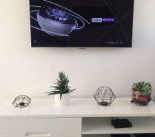 TV installée au mur - nouvelle déco sur le meuble TV