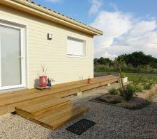 Agrandissement de la terrasse avec marches de 12 cm pour accéder en douceur à l'entrée