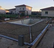 Preparation des plages - mise en place des cailloux pour laisser 8 à 10cm de beton