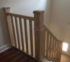 Escalier posé. Il sera peint en blanc et les marches et la rembarde seront vernies.
