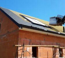 Pose tuiles Bellus en cours -façade arrière avec panneau solaire pour ballon et évacuation de la chaudière