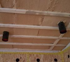 Isolation du plancher inter-étage par 12cm de fibre de bois + bouches VMC