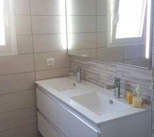 Salle de bain avec double vasque. Plus value faite sur les robinets Jacob Delafon, modèle Cuff Medium.