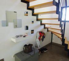 Aménagement sous l'escalier : coffre/banc pouf pour ranger le bazar et petites patères pour accrocher les affaires des filles