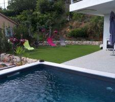 Mise en place d'un gazon synthétique, coin piscine. Après avoir hésité avec de la vrai pelouse, nous avons opté sur cette pelouse, car exposée plein Sud, soleil toute la journée, la vrai pelouse a du mal a ne pas jaunir sur la côte d'Azur, même avec un arrosage intensif ....