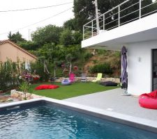 Coin piscine avec gazon synthétique