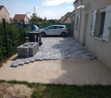 Après fissures et soulèvement de la dalle béton, nous rappelons le terrassier. Pavage non terminé... ? (Terrassier en liquidation)