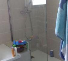 Paroi de douche sur mesure posée dans la salle de bain des enfants.