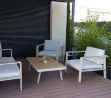 Terrasse côté Est : le salon de jardin et la pergola !