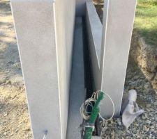 Espace pour le coulissement du portail avec caniveau. Je vais prévoir une protection sympa fait maison sur la partir du mur de droite (entre piliers)