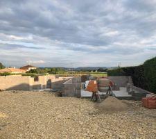 20/07/2017 : Poursuite de l'élévation des murs : vue depuis l'entrée de la parcelle