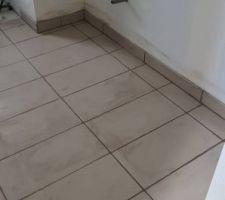 Pose des joints de carrelage couleur taupe - Salle de bain