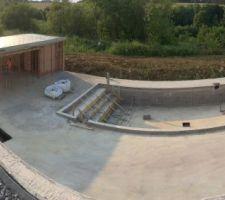 Vue sur terrasse pool house et piscine
