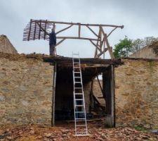 Démolition du toit de la grange