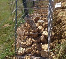 Opération mur de gabion : une pierre 2 coups on se débarrasse de notre caillasse et on fait un délimitation entre nous et le voisin vu qu'il y a une légère pente.